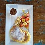 Panquecas americanas com morango, banana e mel . Servidas aos sabados