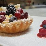 Crostatina in foglia con crema chantilly e frutti di bosco freschi