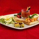 Antipasto Vivaio accompagnato con un Bloody Mary, ideale per vegetariani e amanti delle verdure!