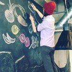 東京からよくいらっしゃるお客様が八代産の野菜に感動され壁に絵を書いてもらいました。