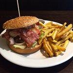 Náš velký hovězí burger se slaninou, hranolky, kečup