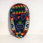 mascara Huichol de madera cubierta con cera de abeja y cuentas de colores