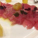 Tonno marinato allo zenzero, mela croccante e spuma di formaggio e cipolla rossa