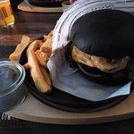 schwarzer Burger, mit Bacon, Pommes und selbstgemachten Trüffeldipp