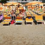 Vista dalla spiaggia si vede la difficoltà di raggiungere la spiaggia dalle file dietro