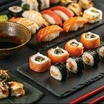Toute une gamme de sushi proposé sur un tapis roulant.