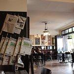 Zeitungen, dunkles Holz, nicht zu eng gestuhlt - schön!
