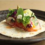 Taco de salmón marinado con sensaciones de la huerta