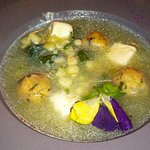 sopa de chipilín con granos de elote y bolas rellenas de queso