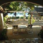 devant les terrasses des bungalows face au lagon