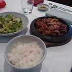 Carne di manzo con riso bianco e insalata