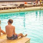 Partilhe os melhores momentos com os seus amigos em frente à piscina