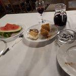Комплимент: мороженое, пирог, арбуз, и еще графин вина