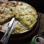 Pizza de alho e quatro queijos