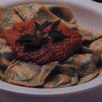 Ravióli de mussarela de búfala com molho pomodoro