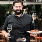 Nuestro Chef Francis Pena, siempre listo para ofrecerte los mejores platos.