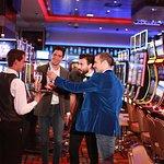 Un casino completamente renovado para que te diviertas con amigos.