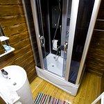 Маленькая душевая комната с неудобной сантехникой, фен почему-то в туалете. Вытяжки нет.