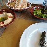 hummus , pane e foglie di vite ripiene