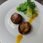 Portobellos rellenos de carne y parmesano