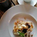 Вкусный салат нисуаз и классный Цазарь. Великолепный запеченый Камамбер. Очень люблю это кафе