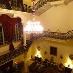 ロビーに続く館内の階段