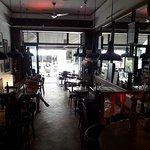 Salle et terrasse du Legend Café