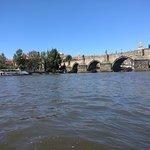 מבט על הגשר משייט בנהר