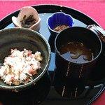 <お凌ぎ>梅ちりめんご飯 味噌汁と小鉢二品 (2018/06/26) *以前のべったら漬けも美味しかった。