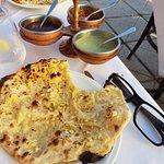 Le cheese & garlic naan et les sauces accompagnant la galette de lentilles