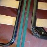 Scala per il ristorante di fattura artigianale con gradini di lunghezza diversa e particolare re