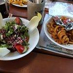 gemischter Salat und Curly Fries