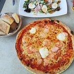 Lachspizza und Salat