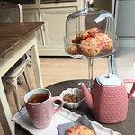 Thé maison Bourgeon et cookies aux pralines roses