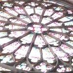 ...magnifiques vitraux très colorés.