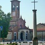 Esterno della chiesa con la croce-reliquiario
