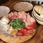 7 Tigellas con Mortadela de Trufa, Prosciutto, Pesto, Gorgonzola cremoso, Stracchino, Rúcula