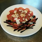 Carpaccio de bœuf, crème de balsamique et copeaux de parmesan