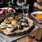 Ассорти мини-бутербродов и соленья