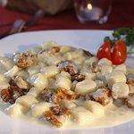 Chicche di Patate fatte a mano con gustosa salsa al Gorgonzola e Noci tostate