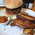 Vegetarischer Burger mit Süsskartoffel Pommes