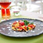 Scrigni di burrata, con pomodorino pizzutello e basilico