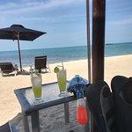 Am Strand Drinks geniesen