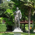 Одна из многочисленных скульптур в парке дворца