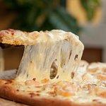 Apetecible Pizza de camarón, con tocino