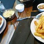 Ravioles de pollo/verdura y Bife de chorizo con papas fritas.