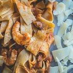 Pappardelle con langostinos y lascas de parmesano