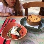 Мусака подается с греческим салатом