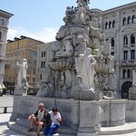 Знаменитый фонтан посреди туристских маршрутов