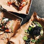 Тосты на домашнем хлебе с яйцами-пашот с различными дополнениями в виде морской форели или куриц